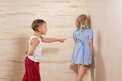 Petits enfants mignons jouant à la maison Image stock