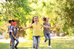 Petits enfants mignons jouant ensemble dehors image libre de droits