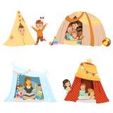 Petits enfants mignons jouant et s'asseyant dans un tipi de tente, ensemble pour la conception de label Illustrations colorées dé Images stock