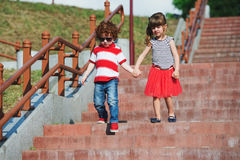Petits enfants mignons sur l'escalier Photo libre de droits
