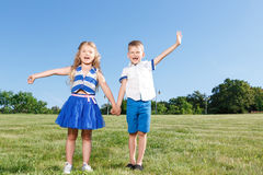 Petits enfants riants ayant l'amusement Photo libre de droits