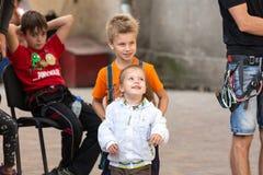 Petits enfants soeur et frère jouant ensemble Image stock