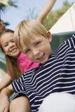 Petits enfants sur une glissière Image libre de droits