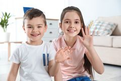 Petits enfants utilisant la causerie visuelle à la maison photographie stock