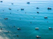 Petits et grands bateaux en mer image stock