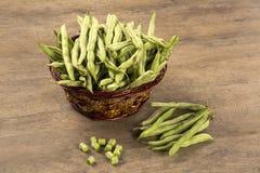 Petits et minces haricots verts (vert de haricot) sur un bois Photo stock