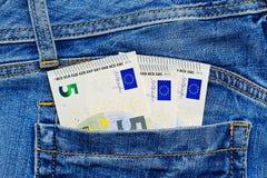 Petits euro billets de banque dans la poche de jeans Images libres de droits