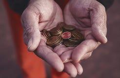 Petits eurocents de pièces de monnaie dans les paumes des hommes, les finances des états européens en tant que lentes marchand photo libre de droits