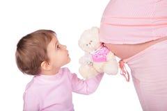Petits fille avec le jouet et enceinte Image stock
