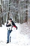 Petits fille et bonhomme de neige de père Images stock