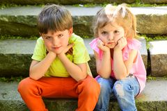 Petits fille et garçon sur des escaliers rapports Amour d'enfance couples de petits enfants Garçon et fille Vacances d'été et photographie stock