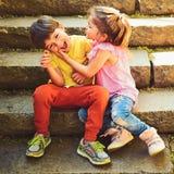 Petits fille et garçon sur des escaliers rapports L'enfance aiment d'abord couples de petits enfants Garçon et fille Vacances d'é photos stock