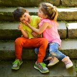 Petits fille et garçon sur des escaliers rapports L'enfance aiment d'abord couples de petits enfants Garçon et fille Vacances d'é photo libre de droits