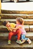 Petits fille et garçon sur des escaliers rapports Vacances d'été et vacances L'enfance aiment d'abord couples de petits enfants images libres de droits