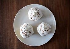 Petits gâteaux avec de la crème blanche Image libre de droits