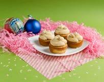 Petits gâteaux avec de la crème blanche de chocolat Photo stock