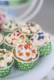 Petits gâteaux avec de la crème colorée et Nice de manger Photographie stock libre de droits