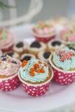 Petits gâteaux avec de la crème colorée et Nice de manger Photo stock