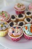 Petits gâteaux avec de la crème colorée et Nice de manger Photographie stock