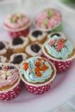 Petits gâteaux avec de la crème colorée et Nice de manger Image libre de droits