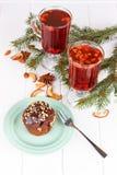 Petits gâteaux avec de la crème de chocolat et le thé floral rouge Image stock