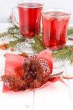 Petits gâteaux avec de la crème de chocolat et le thé floral rouge Photo stock