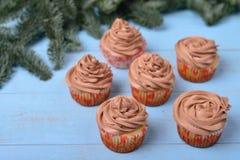 Petits gâteaux avec de la crème de chocolat sur un fond en bois bleu Photos stock