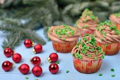 Petits gâteaux avec de la crème de chocolat sur un fond en bois bleu avec r Images stock