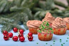 Petits gâteaux avec de la crème de chocolat sur un fond en bois bleu avec r Image libre de droits