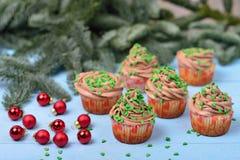 Petits gâteaux avec de la crème de chocolat sur un fond en bois bleu avec r Photo libre de droits