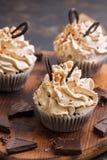 Petits gâteaux avec de la crème et le chocolat arrosés avec des écrous Dessert délicieux images libres de droits