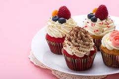 Petits gâteaux avec de la crème et les fruits blancs Photos libres de droits