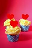 Petits gâteaux avec de la crème rouge de beurre Photographie stock libre de droits