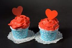 Petits gâteaux avec de la crème rouge de beurre Photos stock