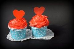 Petits gâteaux avec de la crème rouge de beurre Photo libre de droits