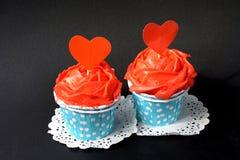 Petits gâteaux avec de la crème rouge de beurre Image libre de droits