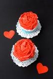 Petits gâteaux avec de la crème rouge de beurre Images libres de droits