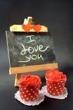 Petits gâteaux avec de la crème rouge de beurre Image stock