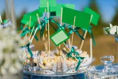 Petits gâteaux avec des étiquettes pour l'inscription Épousez les décorations Photos stock