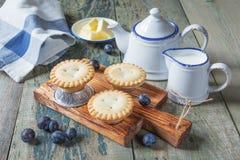 Petits gâteaux avec des baies Images stock