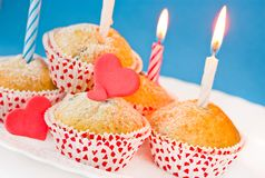 Petits gâteaux avec des bougies et des coeurs Photographie stock