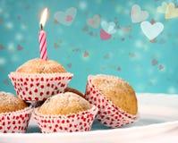 Petits gâteaux avec des coeurs Photo stock