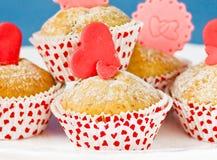 Petits gâteaux avec des coeurs Photos stock