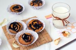 Petits gâteaux avec du chocolat et le lait Photos libres de droits