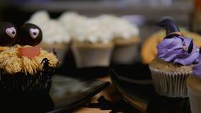 Petits gâteaux avec le chapeau et les jambes de glaçage Le petit pain délicieux aiment la sorcière Concept de Veille de la toussa clips vidéos