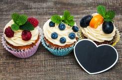 Petits gâteaux avec les baies fraîches Photos stock