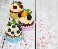 Petits gâteaux avec les baies fraîches Photographie stock libre de droits