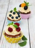 Petits gâteaux avec les baies fraîches Photos libres de droits