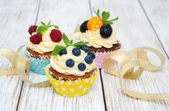 Petits gâteaux avec les baies fraîches Image stock