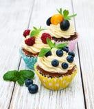 Petits gâteaux avec les baies fraîches Images libres de droits